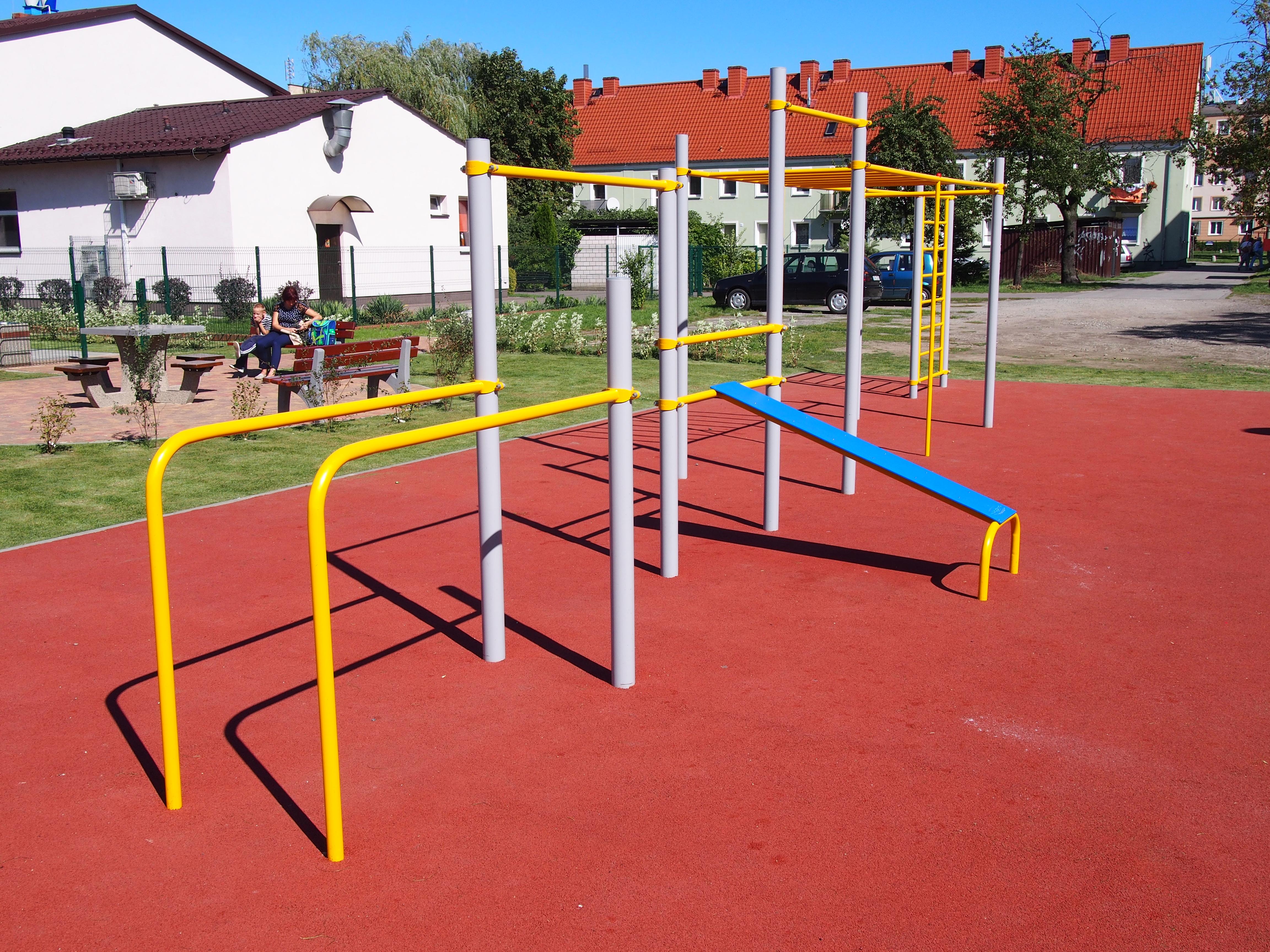 PT i budowa placu zabaw z urządzeniami fitness w sąsiedztwie Domu Dziennego Pobytu Nr 5 NASZ DOM ul. Kościuszki